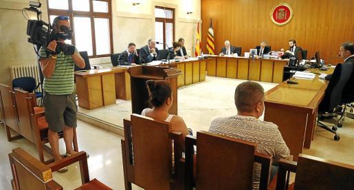 Dos de los siete acusados en la vista previa celebrada ayer en la Audiencia Provincial