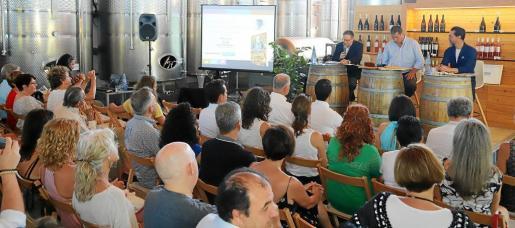 Josep Pons Fraga, Borja Matoses y Quque Dacosta durante la presentación de la nueva Guía Matoses 2018-2019 en las Bodegas Binifadet.