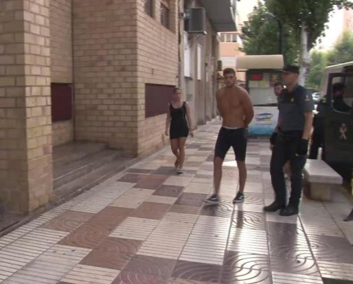 Imagen del detenido, el joven sin camiseta, en el momento en que es trasladado a los juzgados de Ibiza.