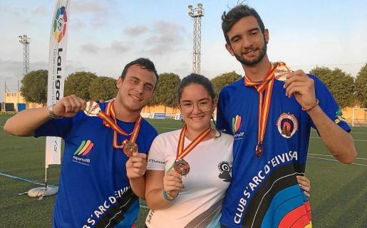 Miguel Ángel Escandell, Rocío García y Pablo Orozco exhiben las medallas individuales obtenidas ayer en tierras valencianas.