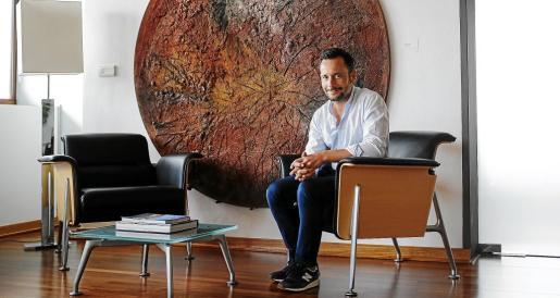 El alcalde de Vila posa en su despacho en Can Botino.