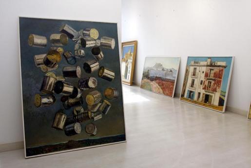 Varias de las obras de Carloandrés López del Rey, ayer, antes de ser colgadas.