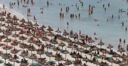 La playa del Arenal, abarrotada.