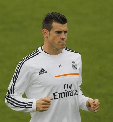 El centrocampista del Real Madrid, Gareth Bale entrenando en el Santiago Bernabeú.