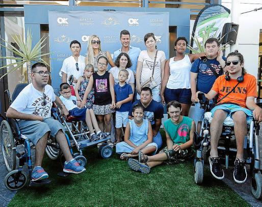 Paris Hilton mostró su lado más humano y se dejó fotografiar con todos los niños de Apneef que además disfrutaron de divertidos talleres.