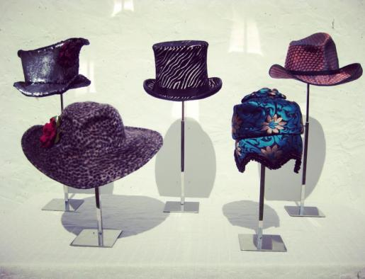 Algunos de los sombreros que ha creado especialmente Von Ketel para ayudar a IFCC.