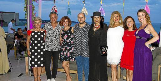 Isabel Agüero, Xisco Barceló, Vicky Pérez, Carlos Terroba, Margarita Mora, Sedi Behvarrad, Graciela Lizarraga y Carolina Márquez, con las sirenas.