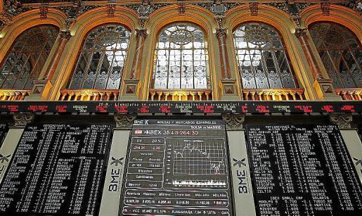 Panel de cotizaciones de la Bolsa de Madrid durante la sesión de ayer.
