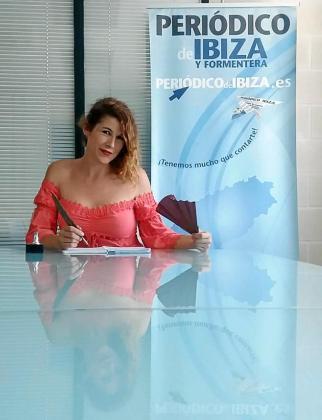 La escritora ibicenca Ana Olivia Fiol ayer por la mañana en la sede de Periódico de Ibiza y Formentera.