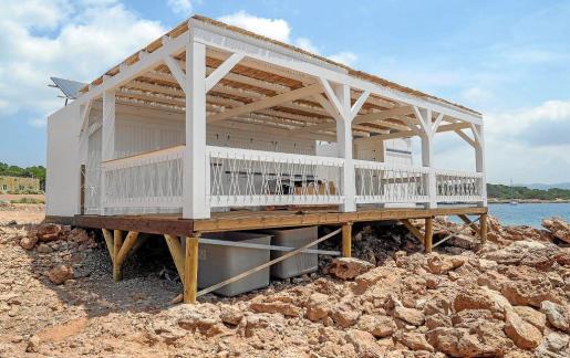 El chiringuito lleva dos meses instalado y ha sufrido actos vandálicos, como conatos de incendio o lanzamiento de piedras.