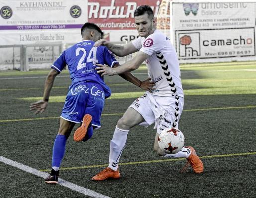 El central peñista Adrián Rosa corta un avance de Víctor Ruiz, del Formentera, en un lance del partido de ayer.