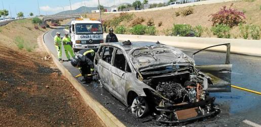 El vehículo de servicio público quedó completamente calcinado tras arder en plena marcha por la autovía del aeropuerto.