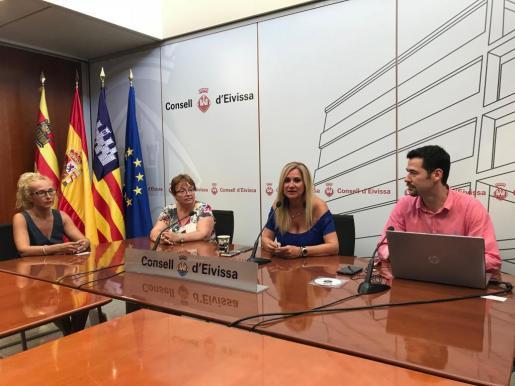 Carlos Rivas, director de CRR Marketing, presentó el estudio junto a Marta Díaz, vicepresidenta segunda del Consell.