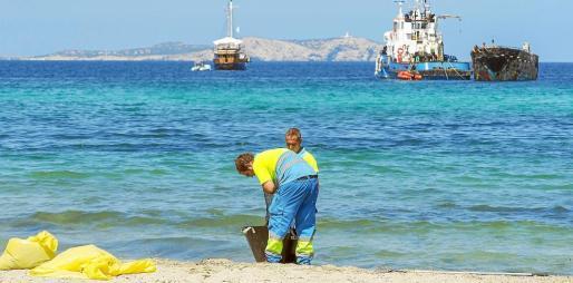 Trabajadores municipales realizaron las últimas obras de limpieza del mar durante la mañana de ayer.