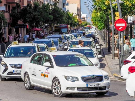 Cerca de 200 taxistas cerraron ayer la Avenida de España durante el parón de tres horas.