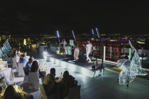 «In Heaven»: Un espectáculo de altura en una de las mejores terrazas de Ibiza.