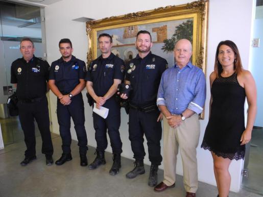 Imagen de los policías municipales junto alcalde y la concejal de Governació de Sant Antoni.