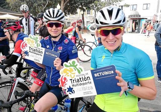 Unas participantes exhiben el logo del Festival de Triatlón Multideporte de Ibiza durante el British Triathlon.