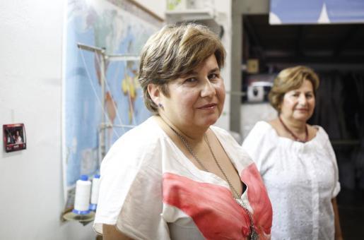 Antonia, en primer plano y Lali, posan en el taller