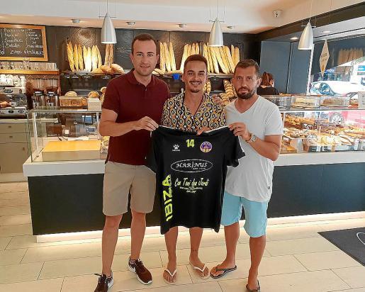 Fran Heredia posa con la camiseta del Harinus Ibiza Futsal tras su renovación.