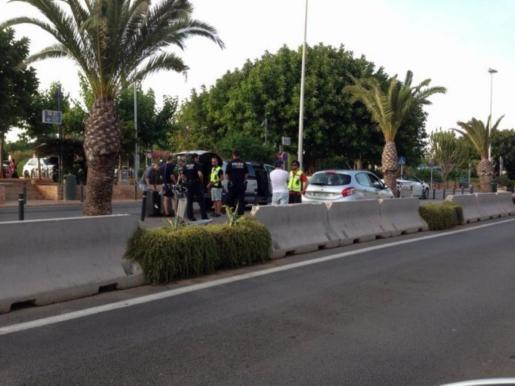 Imagen de un control policial de transporte irregular de pasajeros en el aeropuerto de Ibiza