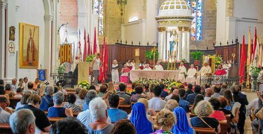 El obispo de Ibiza y Formentera, Vicente Juan Segura, presidió la eucaristía con una Catedral abarrotada de fieles