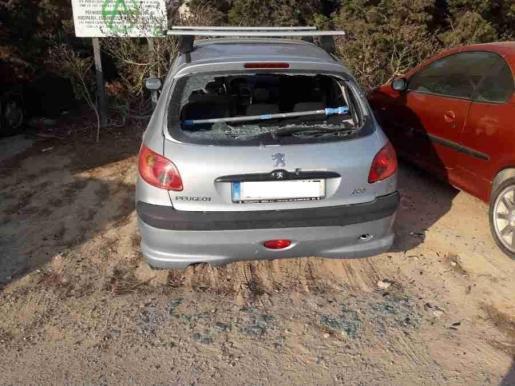 Imagen de uno de los coches dañados.
