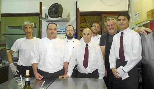 Juan Torrens -de negro- junto a su equipo formado por Kremo Abbne, Daniel Navarrete, Pep Toni Frontera, Juan Sánchez, José Pérez y Luis Picó.