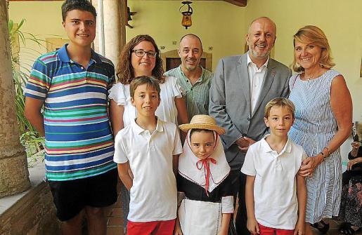 José Cansado, Laura Estarás, Paco Boscana, Miquel Ensenyat, Rosa Estarás. Delante: Miguel, María Margarita y Perico Boscana.