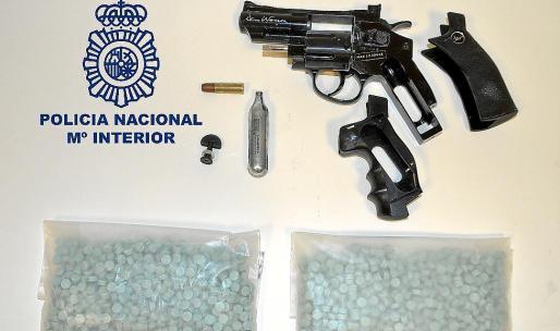 Imagen de la pistola y las bolsas repletas de éxtasis intervenidas al detenido.