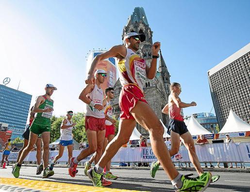 Marc Tur, en segundo plano, durante los 50 kilómetros marcha del Europeo de Berlín. Foto: EFE