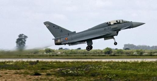 Imagen de archivo de un Eurofighter español despegando de una base de Sevilla.