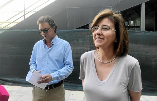 Salvador Losa y Pepa Costa en rueda de prensa en los exteriores del Cetis. Foto: N. M.