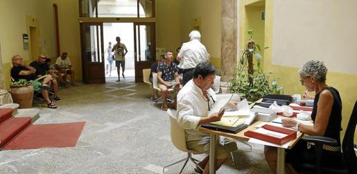 Propietarios en la Conselleria para dar de alta viviendas turísticas o pedir información.