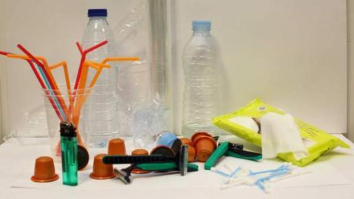 El Govern aprueba una ley pionera que prohibirá en 2020 maquinillas, bolsas, bastoncillos, pajitas o cápsulas de café que se elaboren con ese material. Selección de productos de uso común que no podrán ser de plástico.Foto: GOIB