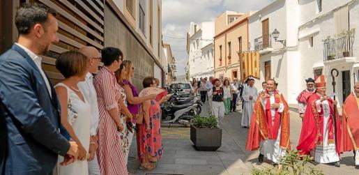 El vicario general, Vicent Ribas, saludando a los políticos formados en la entrada de Can Botino. Foto: JAUME MARTORELL