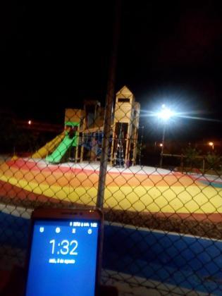 El parque infantil tiene las luces encendidas de madrugada.