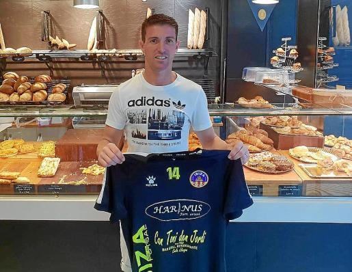Jonathan Blanco posa con la camiseta del Harinus Ibiza Futsal.