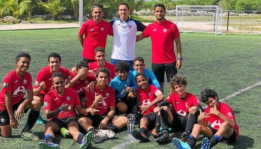Escandell, con dos entrenadores y un equipo de niños de la academia de la República Dominicana.