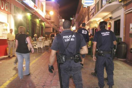 Imagen de archivo de la Policía Local de Sant Antoni, en la zona de bares del West End