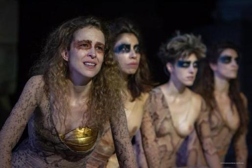 Silvia Abascal en 'Las Amazonas', donde se muestra un pecho desnudo