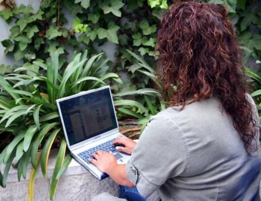 Una mujer con un ordenador portátil.