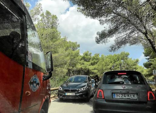 La carretera que llega a la barrera de acceso a Cala Salada sufre colapsos cada día.