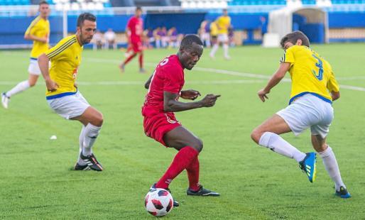 Winde, del CD Ibiza, trata de sortear a un jugador del Dénia en una acción del encuentro de ayer en el estadio de Can Misses.