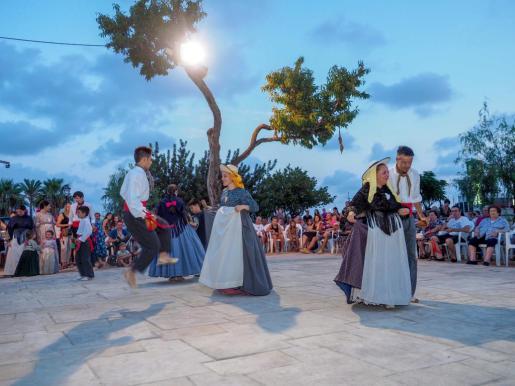 Decenas de personas acudieron a la 'ballada de pou' organizada por el Grup Folklóric de Sant Jordi OLYMPUS DIGITAL CAMERA