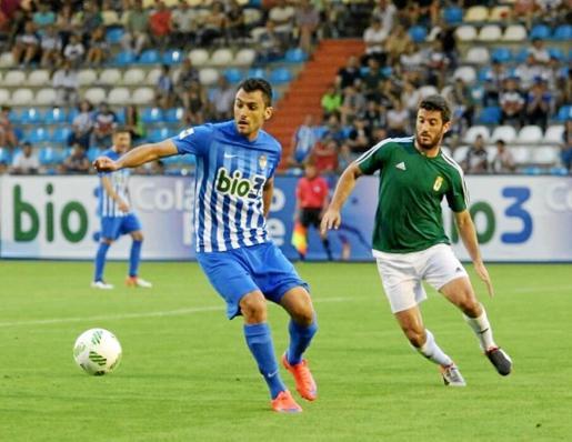 Chavero, con el balón en su poder durante su etapa como jugador de la Ponferradina.