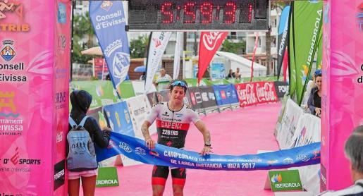 Instante en que Pablo Dapena gana el nacional de triatlón de larga distancia.