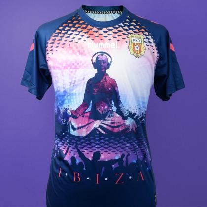 La tercera camiseta de la Peña Deportiva presentada por Hummel