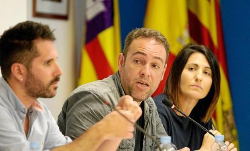 En el centro de la imagen, Francisco Tienda durante una intervención en el pleno municipal.