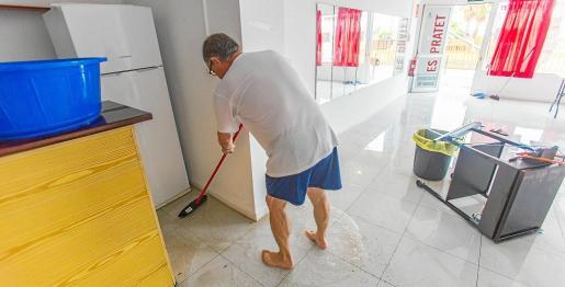 Joan, de la Asociación de Vecinos de Es Pratet, se pasó la mañana del sábado sacando el agua del local, un día después de las lluvias.